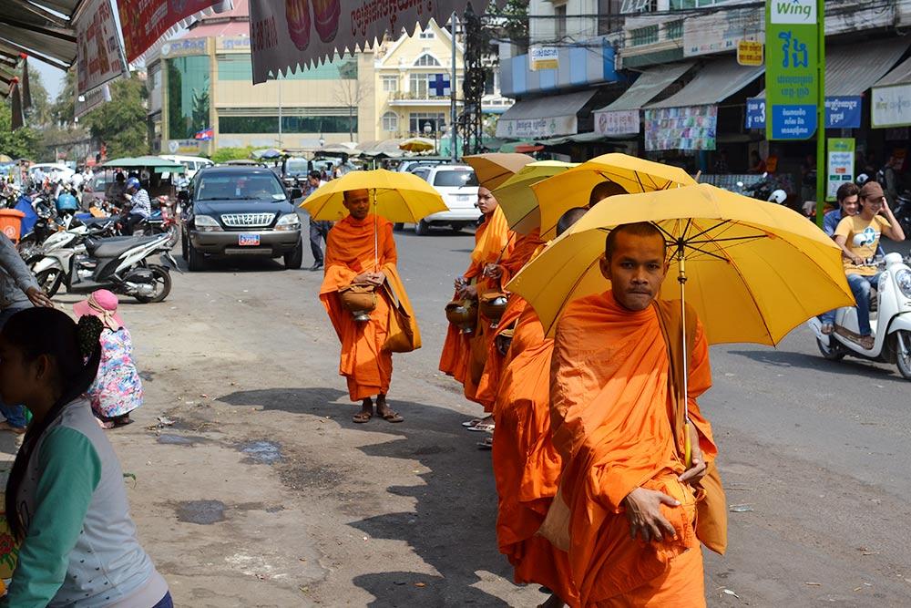 К монахам в Камбодже относятся с большим почтением. По утрам они обходят овощные и фруктовые лавки, продавцы дают им еду бесплатно и просят благословения