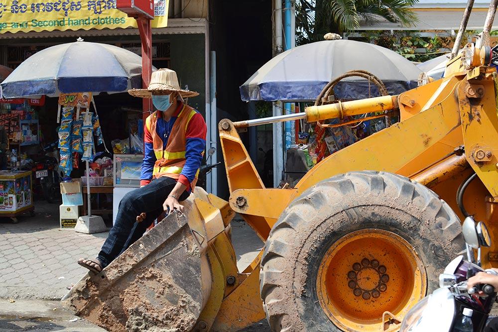 Уровень жизни в столице Камбоджи невысокий: по данным Take-Profit.org, средняя зарплата низкоквалифицированного рабочего составляет 126$ (8190<span class=ruble>Р</span>) в месяц