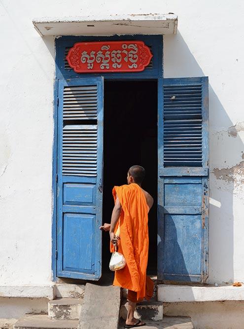 Монахам запрещено заниматься работой, за которую платят заработную плату, поэтому они просят милостыню и проводят различные религиозные обряды