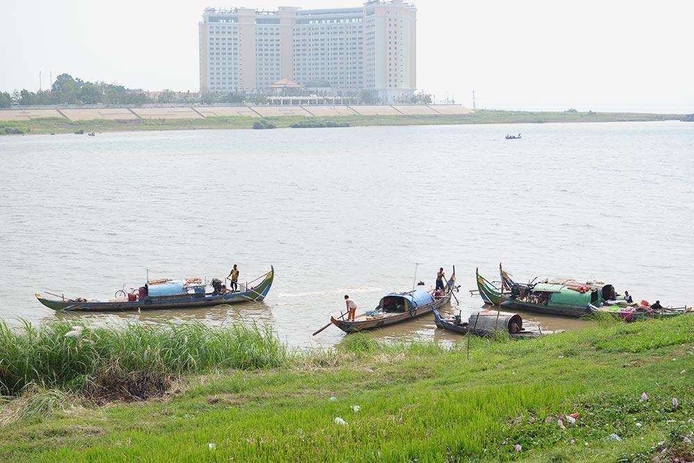 Рыбаки на реке Меконг в центре Пномпеня. Рацион камбоджийцев в основном состоит из рыбы и риса