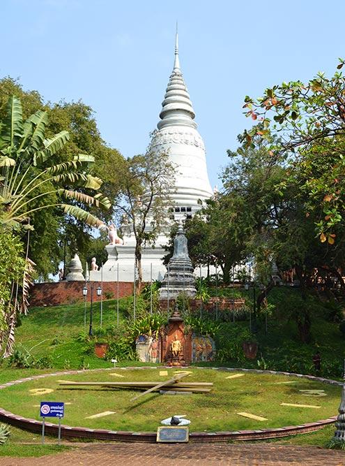 Храм Ват-Пном — самое высокое религиозное здание в городе. По легенде, именно вокруг него вырос Пномпень