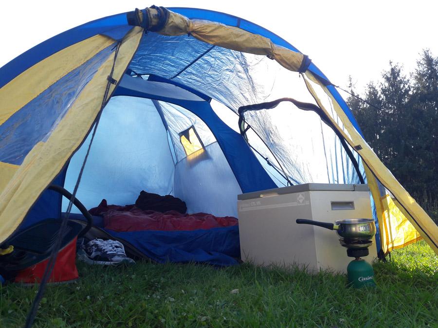 Вид нашей палатки. Слева насос, справа холодильник и горелка с кастрюлей