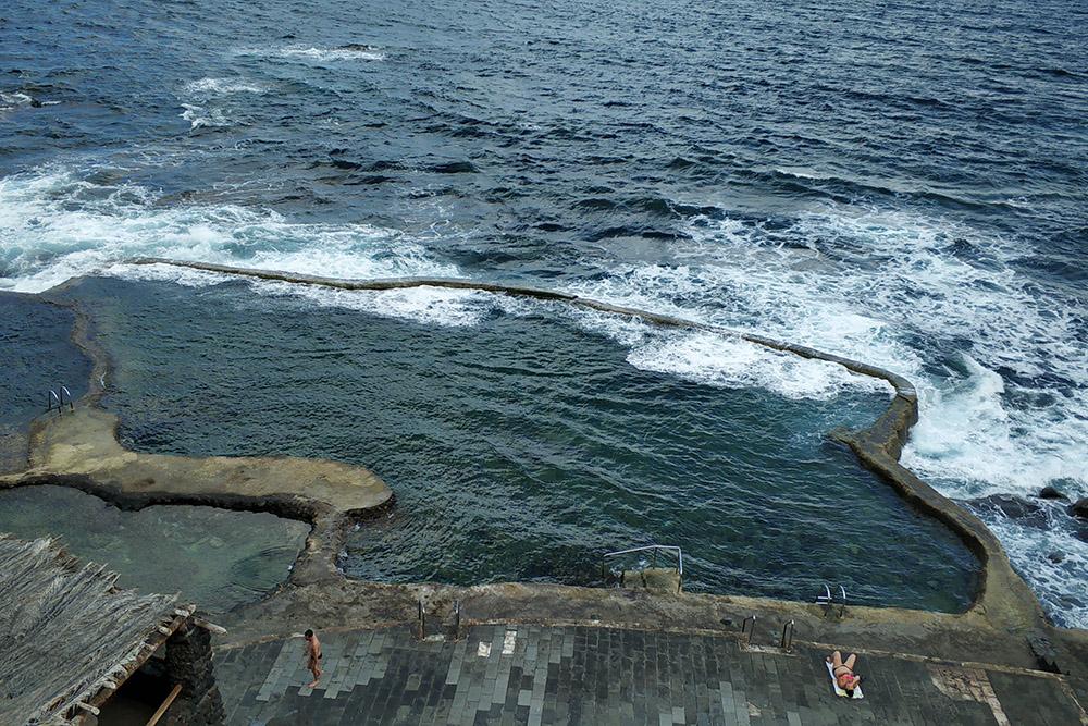 Бассейны с естественным обновлением океанской воды — интересная альтернатива длятех, кому надоели обычные. Здесь нужно осторожно купаться и не нырять: из-за маленькой глубины можно удариться головой о камни на дне