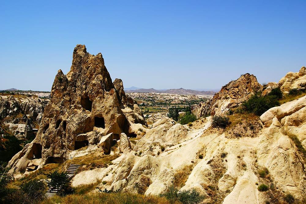 За этими ходами в скале расположены помещения, которые когда-то были монастырскими. Тут жили люди