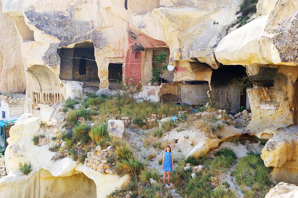 Заброшенное скальное жилье. На фоне такой древности человек кажется особенно незначительным в масштабе истории