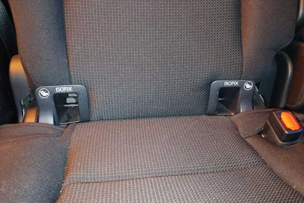Изофикс — это такие металлические скобы. В некоторых авто они спрятаны внутри задних сидений, а в некоторых, как на этом фото, обозначены специальными направляющими