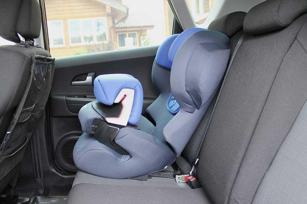 У нынешнего кресла спинка наклоняется — когда ребенок спит, он не падает вперед, а его голова защищена