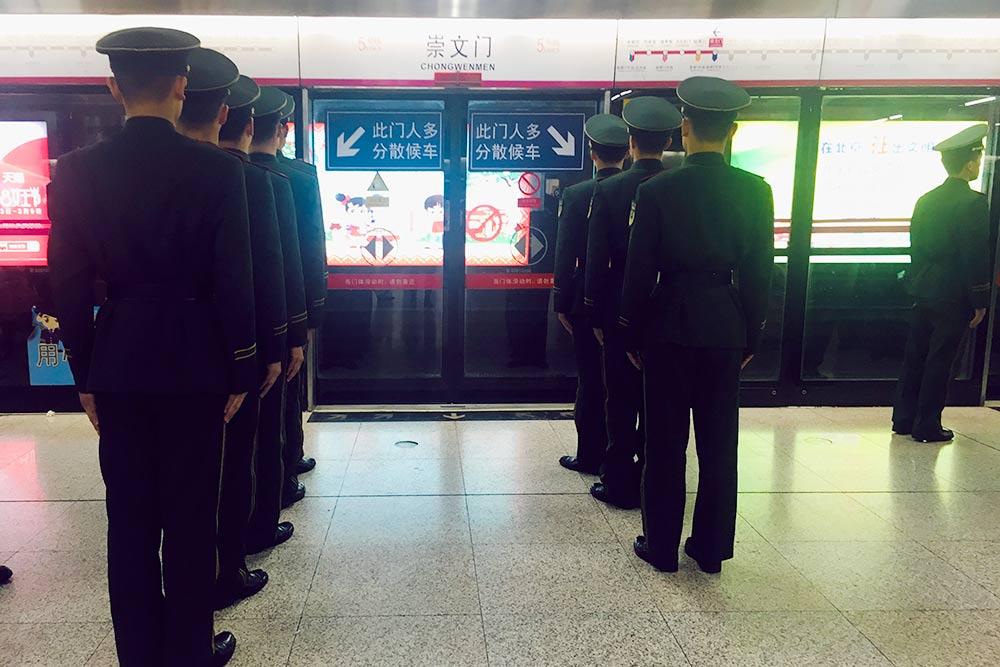 У каждого входа в вагон метро есть стрелки, указывающие, куда становиться в очередь