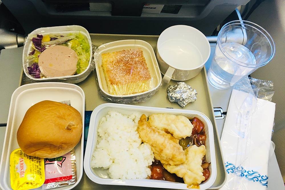 Питание на борту Air China. Если еда в полете длявас важна, советую приготовиться к худшему: она отвратительная