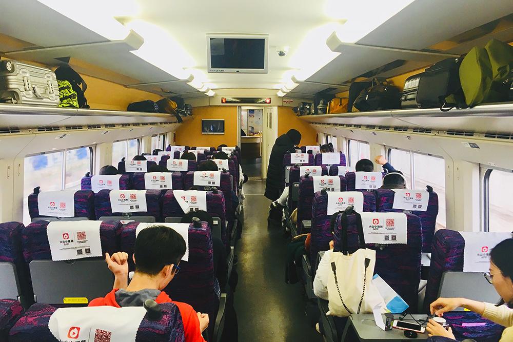 Внутри поезд похож на салон самолета. Есть розетки для зарядки гаджетов, продают горячую еду, снеки и напитки