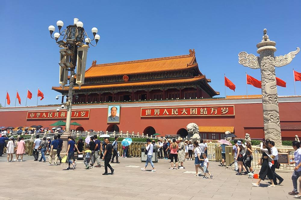 Портрет Мао Цзэдуна на стене Запретного города. Неподалеку расположен и мавзолей лидера нации