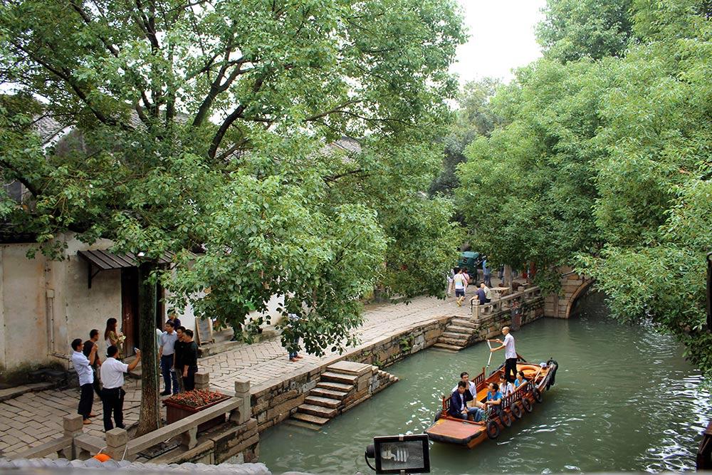 По реке туристов катают на гондолах, а в ресторанах у воды едят крабов и корни лотоса