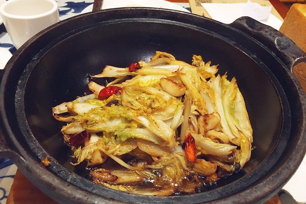 Поджаренная китайская капуста с чесноком и соусом. Овощные блюда стоят в районе 20—35 Ұ