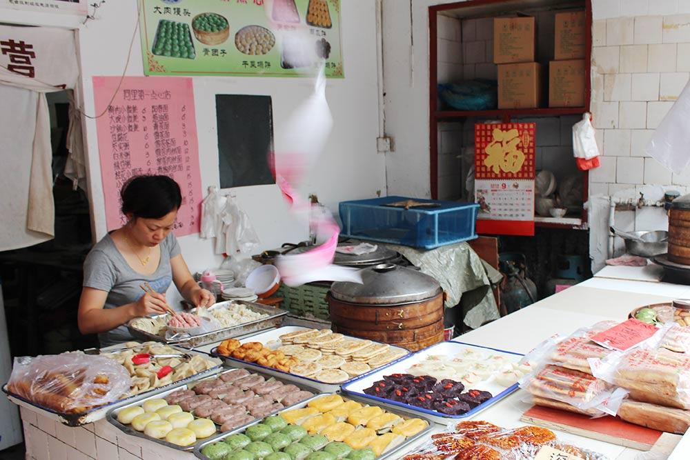 Вариации традиционных китайских сладостей. Обычно их готовят из рисовой муки и добавляют фруктовый сироп. Все равно выходит достаточно пресно, не слаще нашего пирожка с яблоками