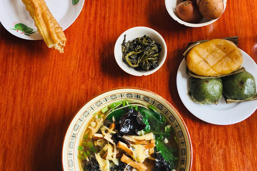 Это типичный китайский завтрак: суп с лапшой, овощами и тофу, жареный хлеб, пельмени, яйца, рисовый десерт и булочка. Еще обычно китайцы пьют по утрам теплое молоко
