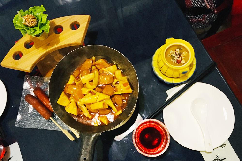 Веганская еда: сосиски из растительного белка сейтана, жареные овощи с тофу, тыквенный суп, ягодный чай. Стоит такой ужин около 100 Ұ