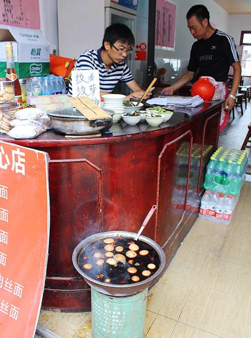 Яйцо долголетия — обычное яйцо, сваренное в черном чае. Такие продают на улицах и в супермаркетах. Я их не пробовала: выглядит не очень-то аппетитно