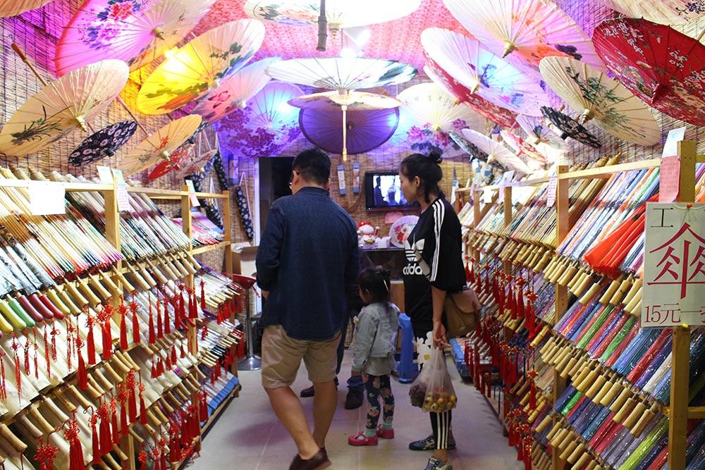 Традиционные зонтики ручной работы в провинции стоят около 50 Ұ. В Китае до сих пор используют зонт как защиту от солнца, чтобы кожа не загорала
