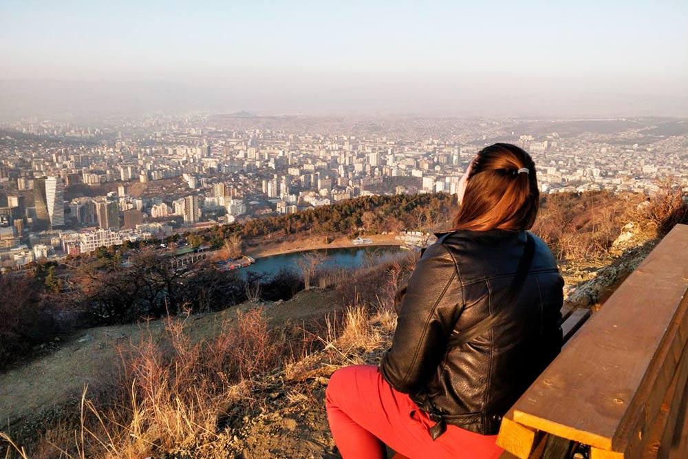 Прямо в Тбилиси можно подняться в горы. Это вид на Черепашье озеро
