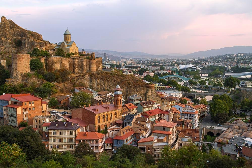 Центр Тбилиси с крепостью Нарикала на горе. Источник: MehmetO / Shutterstock