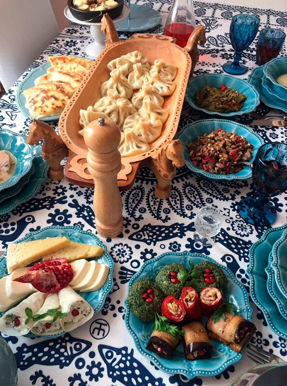 Как-то я осуществила мечту и сходила на мастер-класс по грузинской кухне. Теперь умею лепить хинкали и делать хачапури, но замуж за грузина не хочу