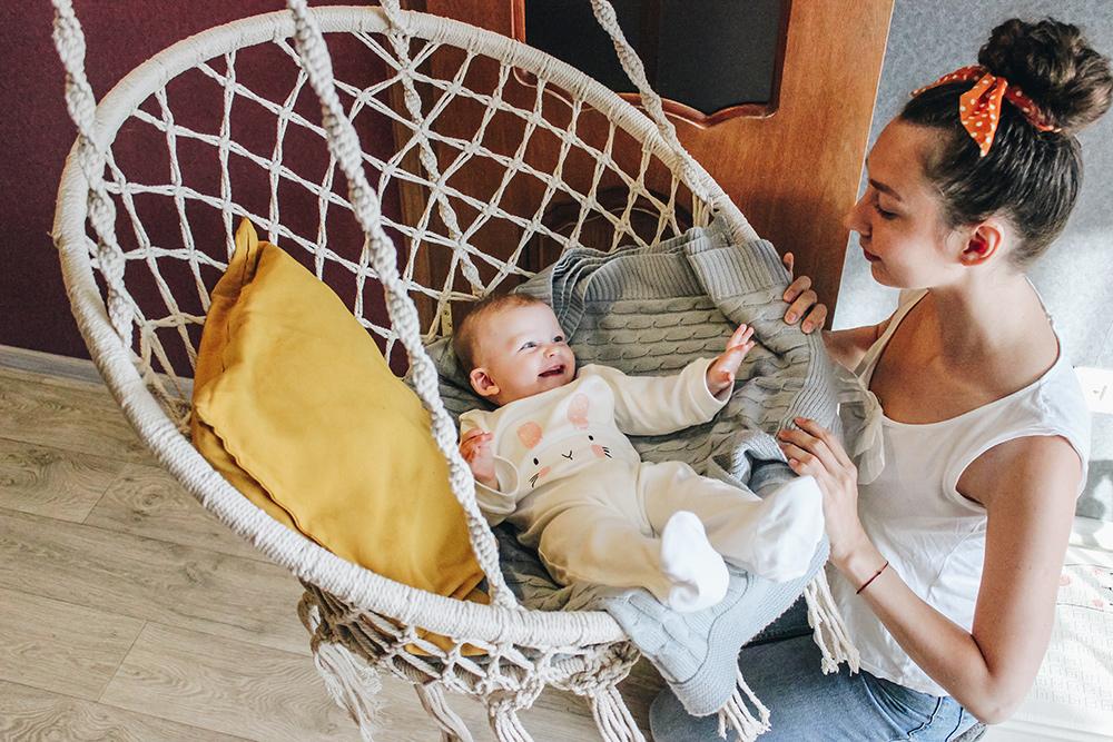 Ребенка не обязательно укачивать на руках или в коляске, можно и так. Фото: Екатерина Юсупова