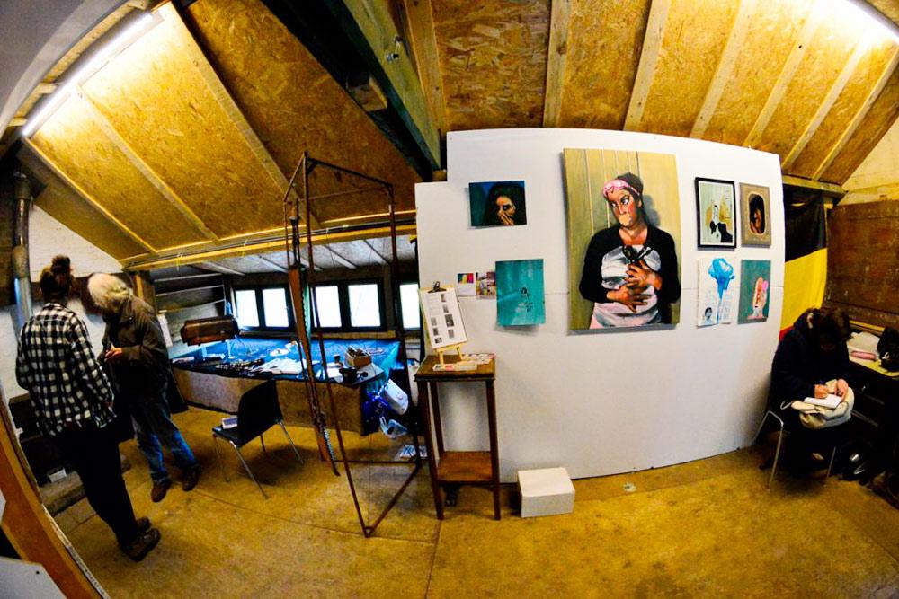 Так выглядит комната, когда ее используют как мастерскую. Пока мы там жили, никто не заходил в гости. Фото: debereklauwfoundation.be
