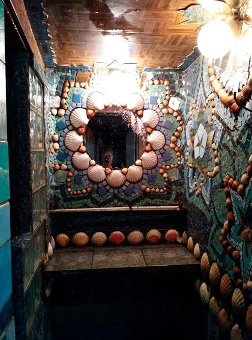 Самая красивая ванная комната, украшенная мозаикой из керамики и ракушек. Вход в душевую — слева