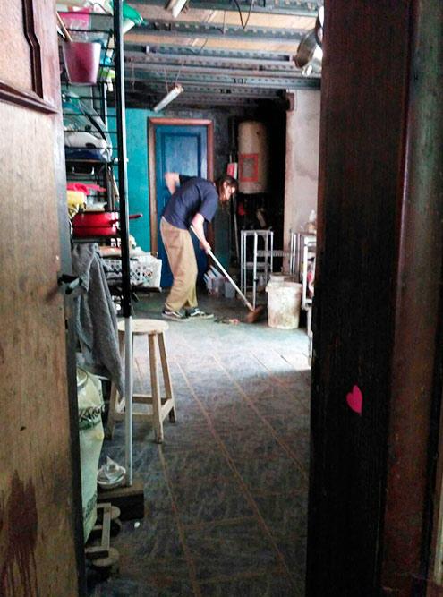 Лёня убирается на кухне на второй день: протирает полки, столы и пол, разбирает гору хлама в углу, выбрасывает просроченную еду