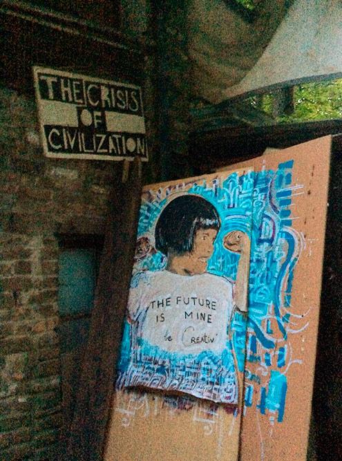 Здесь явно любят художников: везде рисунки, коллажи, скульптуры, плакаты