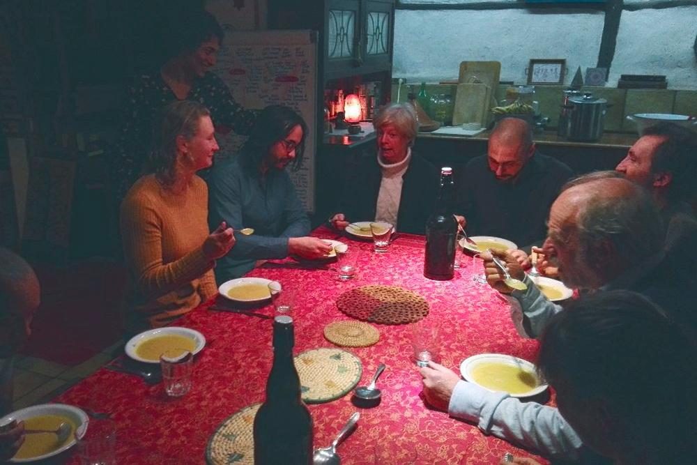 Так выглядят совместные трапезы зимой. Летом мы ели во дворе или в летней столовой. Непременный ритуал перед едой — подержаться за руки несколько секунд, пока кто-то не скажет «Smakelijk!» — видимо, «приятного аппетита» по-нидерландски. Дальше все едят и беседуют. Фото: рассылка «Плюкрипа»