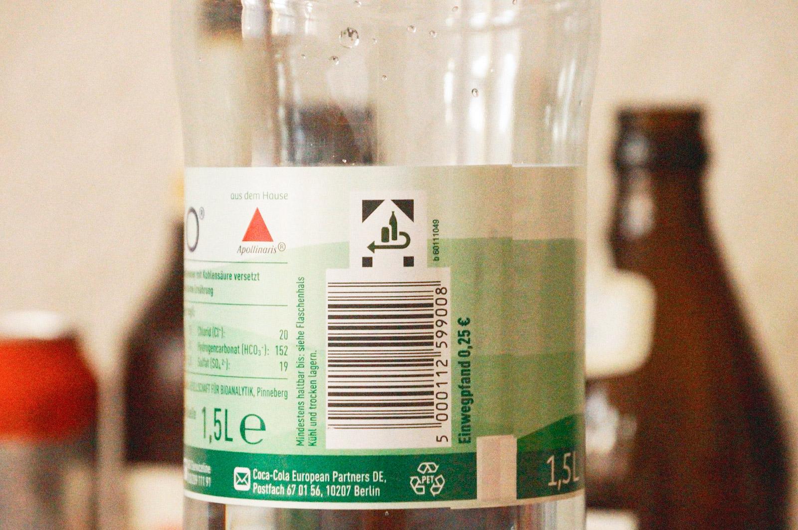 На этой пластиковой бутылке сразу две подсказки: специальное обозначение наверху и надпись с указанием суммы депозита справа от штрихкода