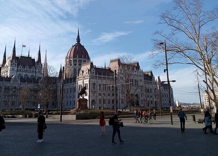 У здания венгерского парламента обычно собираются толпы туристов. Сейчас почти никого нет