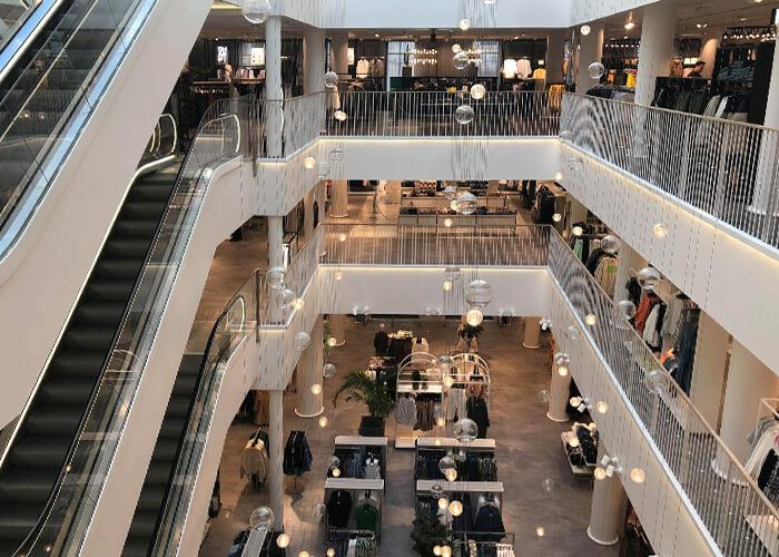 Магазин H&M пустует. Люди выходят из дома только по необходимости, шопинг отложили до лучших времен