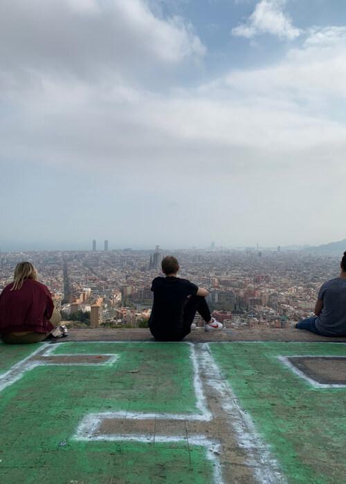 На второй день карантина в популярных местах Барселоны было столько же народу, сколько обычно