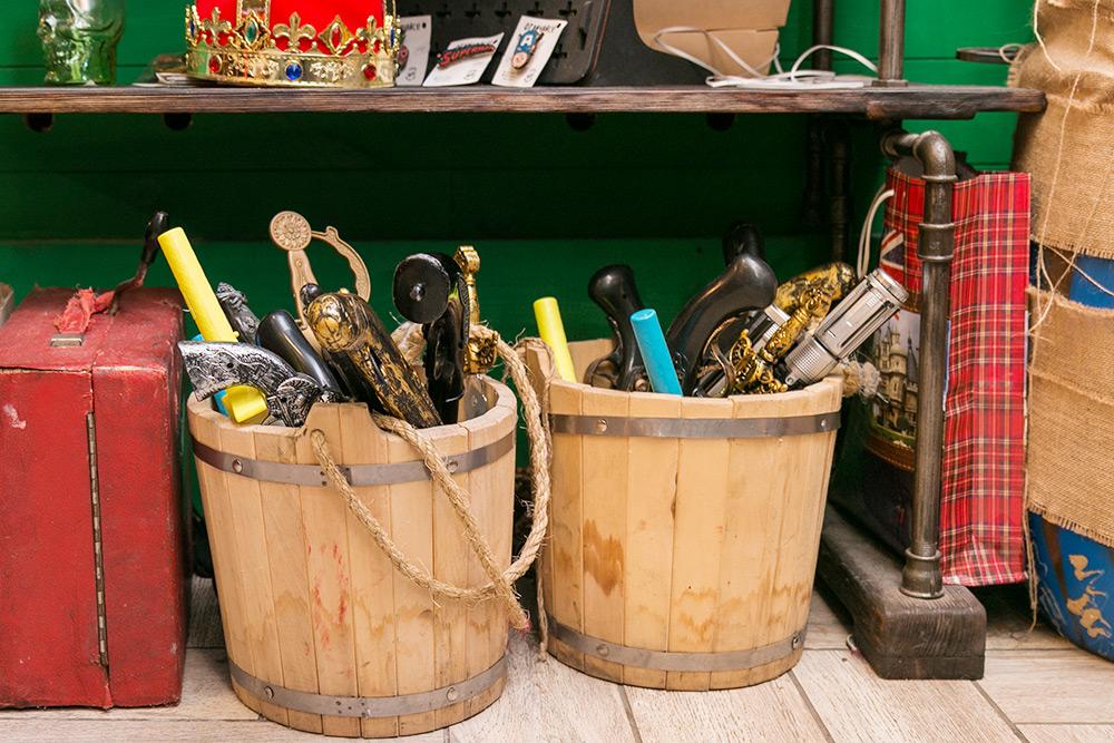 В «Комоде» есть целая коллекция париков, шляп, головных уборов и бутафорского оружия