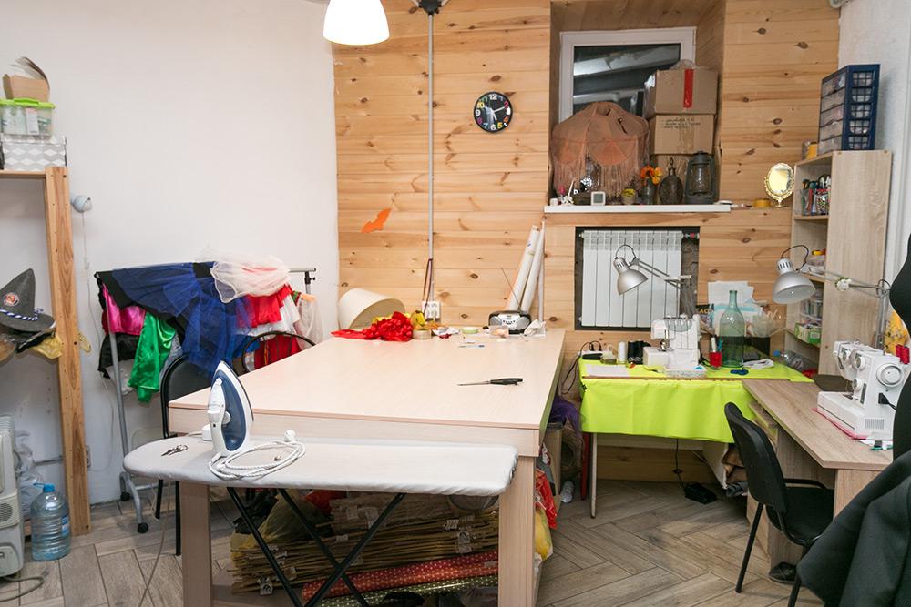 Швейная зона. Небольшой ремонт — например, пришить рукав или пуговицу, — Вика делает сама. Более сложный — швея