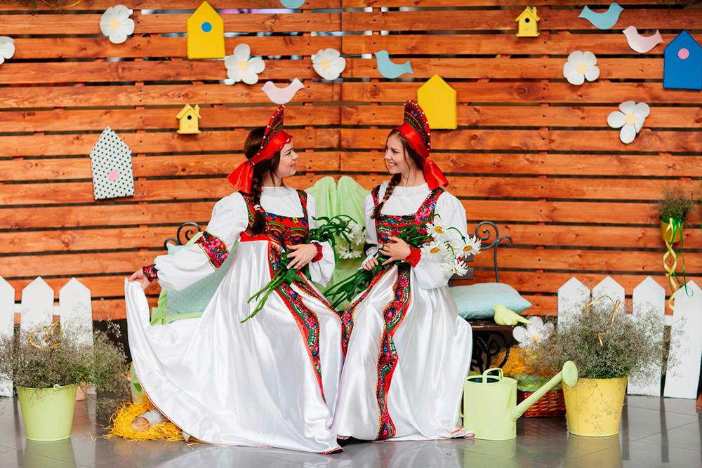 «Комод» оформляет фотозоны дляторговых центров, кафе и длягородских праздников. Люди бесплатно примеряют костюмы и фотографируются