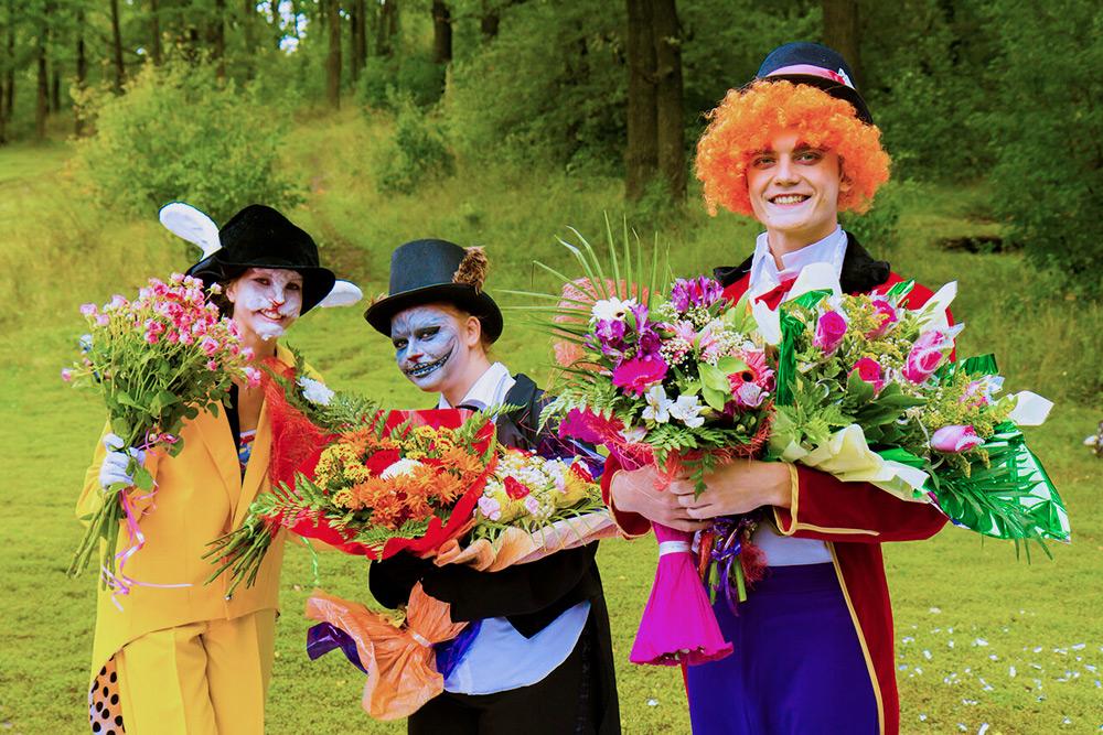 Пример костюмированной свадьбы: аниматоры-ведущие в образе героев «Алисы в стране чудес»