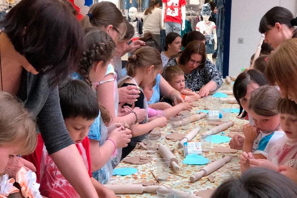 Детский мастер-класс по лепке из теста в торговом центре. На одно такое мероприятие приходит от 20 до 60 детей