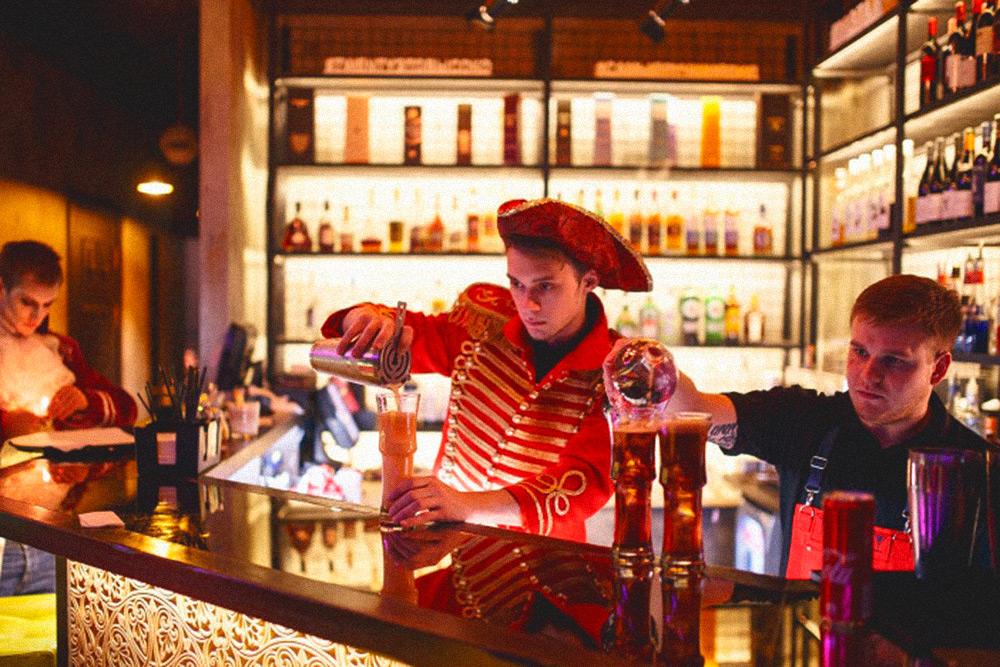 Костюмированная вечеринка на Хеллоуин в крупнейшем ресторане города «Балаган Сити». Клубы, рестораны и бары регулярно арендуют костюмы примерно раз в месяц