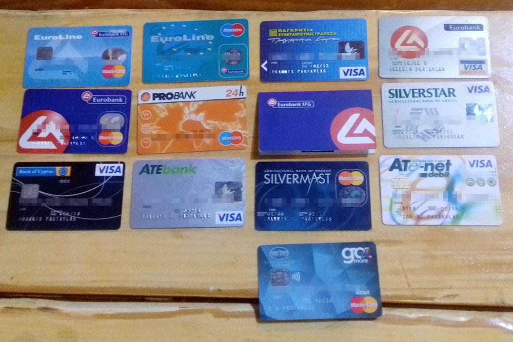 Коллекция банковских карт моего мужа. Большинства из этих банков уже не существует из-за кризиса