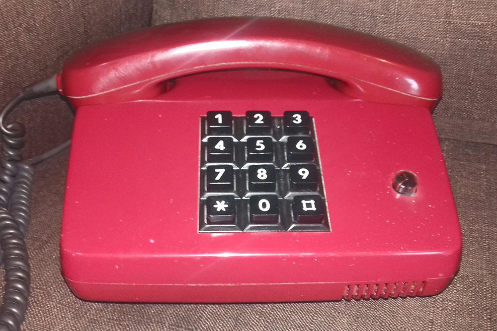 Наш временный стационарный телефон. Современный аппарат вышел из строя — видимо, не выдержал большого количества звонков