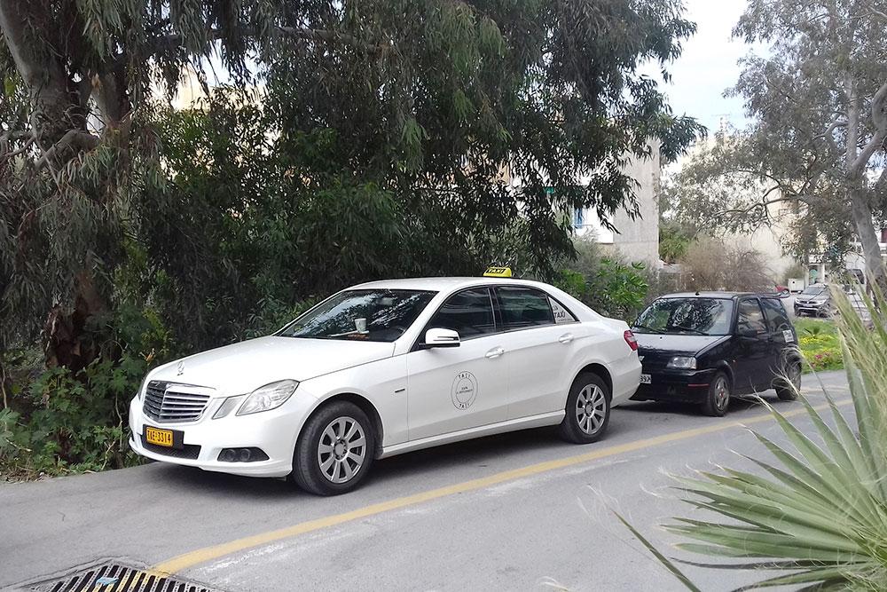 В Херсониссосе все такси только белого цвета — это требование закона. В основном мерседесы: считается, что автомобиль должен быть солидным и надежным