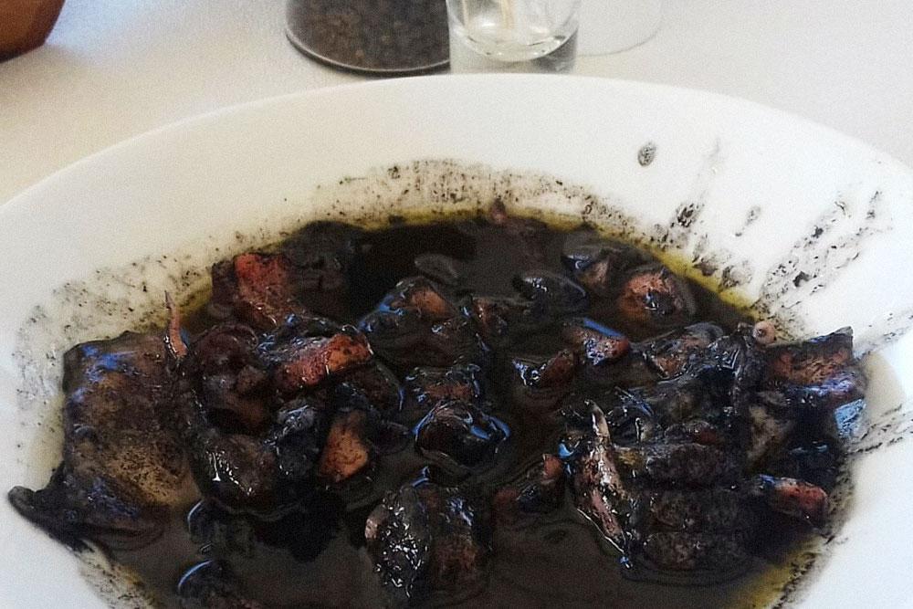 Каракатица с чернилами — мое любимое блюдо в таверне «Акрояли». Выглядит не очень аппетитно, но это самое вкусное, что я вообще ела в жизни. Надо полить его соком лимона и обязательно макать в черный соус свежий хлеб. Стоит 8,5€ (620 рублей)