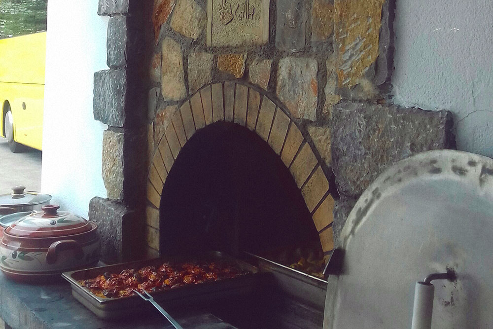 Самая вкусная еда готовится в дровяных печах. Это «гемиста» — фаршированные помидоры