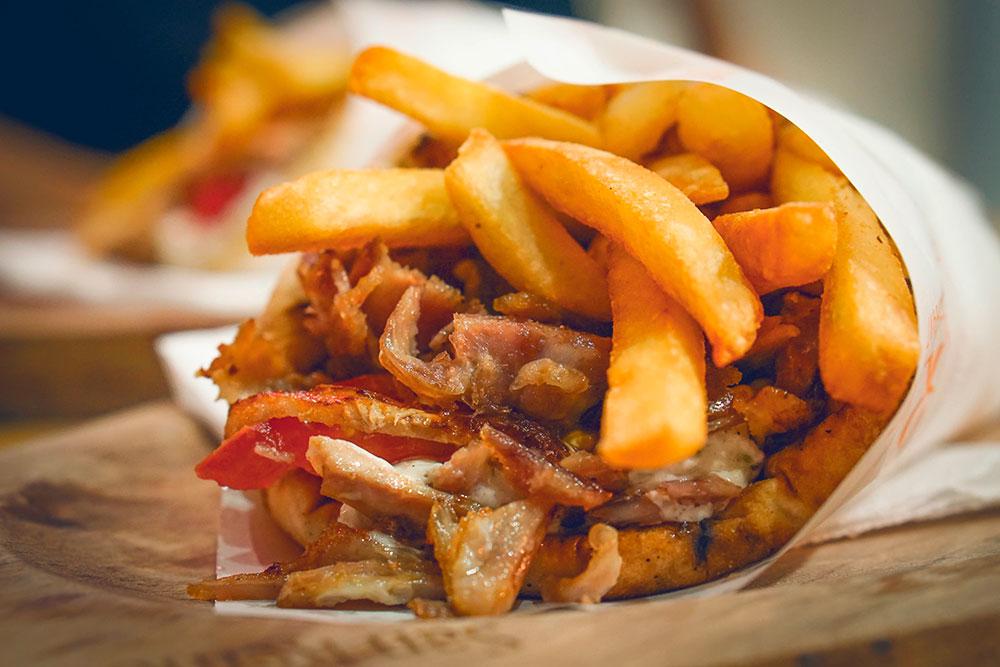 Гирос — традиционное блюдо греческого фастфуда. Фото: Shutterstock