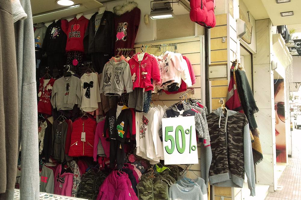 Магазин недорогой одежды в Херсониссосе. Есть вещи для всех возрастов, но качество оставляет желать лучшего
