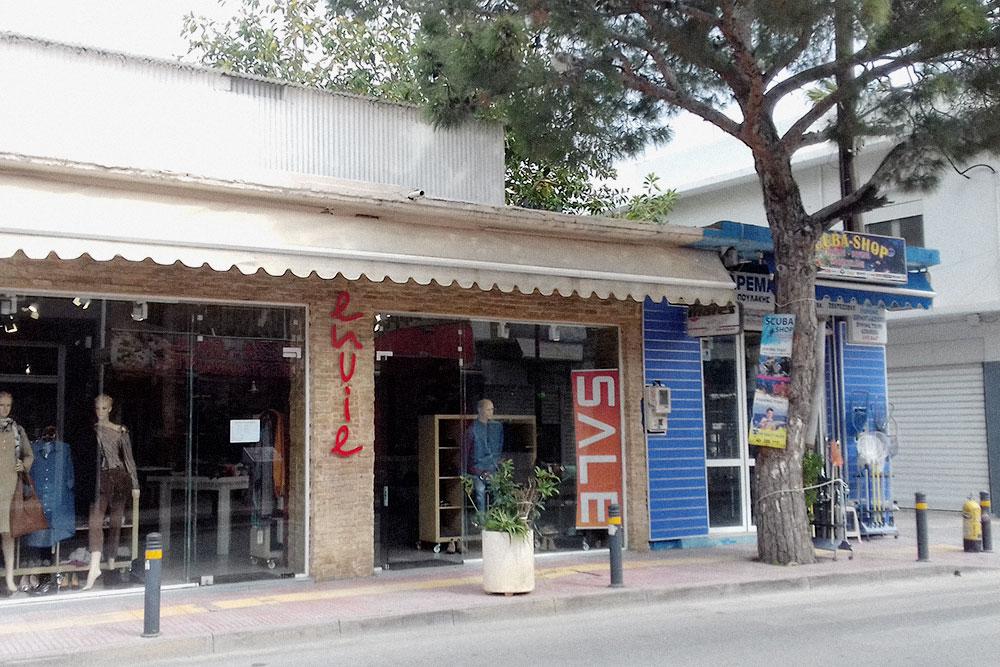 Этот магазин с довольно высокими для среднестатистического жителя Херсониссоса ценами. Например, юбка там может стоить от 40€ (2920 Р), а джинсовая рубашка — 50€ (3650 Р), но вещи качественные