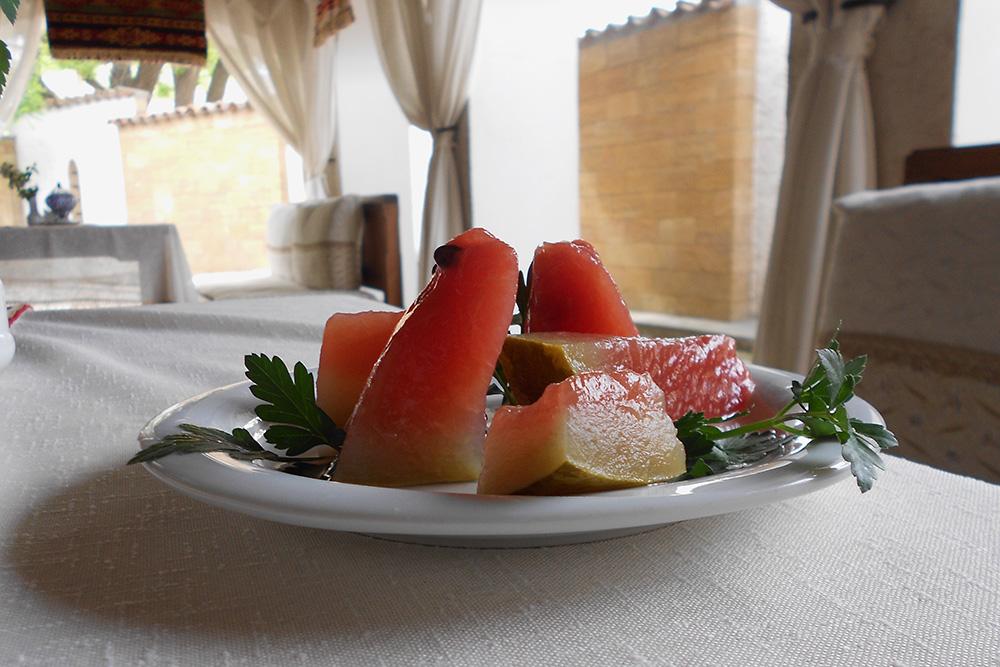 На мой взгляд, маринованный арбуз интересно попробовать один раз, из любопытства. Но кому-то он может показаться отличной овощной закуской. Я предпочитаю родные малосольные огурцы